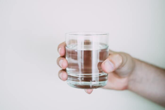 気温が低い冬は夏場よりも喉の渇きが感じにくくなり、結果「水分不足」に陥りやすいです。身体に必要な水分が不足すると、内側からの水分補給ができなくなり、髪の毛もパサつきやすくなります。また、水分が足りなくなると、脱力や疲労を感じやすくなり、ストレスや体調不良の原因ともなるので、こまめな水分補給を意識するとよいですね。