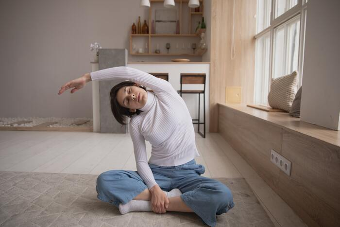 さらに日常的に適度な運動を取り入れることで、代謝がよくなり、血行促進に繋がります。運動が苦手な人は、家で無理なくできるストレッチやヨガなどでOK。頭皮マッサージなら、頭皮のケアだけでなく肩こりやお肌のくすみ改善にもなるのでおすすめです◎