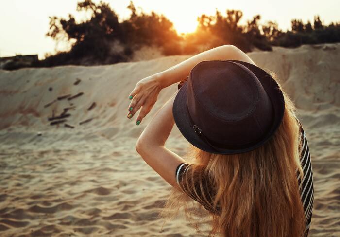また、長時間屋外で過ごす場合はUVカット加工が施された帽子をかぶったり、日傘をさすことで紫外線から頭皮へのダメージを防止しましょう。帽子をかぶるときは、蒸れなどにより雑菌が増えてしまう可能性もあるので、通気性のよいものを選ぶのが◎