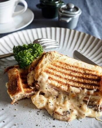 とろりと伸びるチーズとハムの塩味が生むハーモニーがたまらない!焼き色が付くまでこんがりに仕上げるのがポイントです。熱々のうちに召し上がれ♪