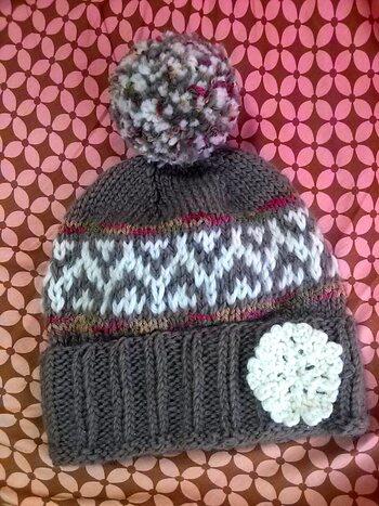 白く映える幾何学模様が北欧テイストたっぷりのニット帽。下から筒状に編んで、目を減らしながらてっぺんに向かっていきます。