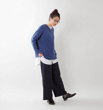 ブルーのニットの下にシンプルな白のシャツを合わせれば、メリハリのある爽やかな着こなしに。ちょうどいいリラックス感の感じられる大人のカジュアルスタイルに仕上がっています。