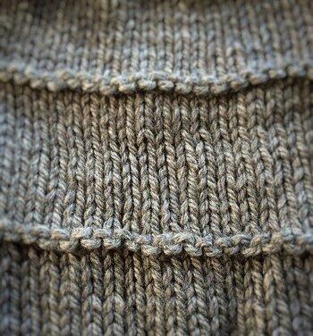 横に2本、すじのように盛り上がって見える部分が「裏目」です。他の部分は「表目」だけでできた「メリヤス編み」といいます。