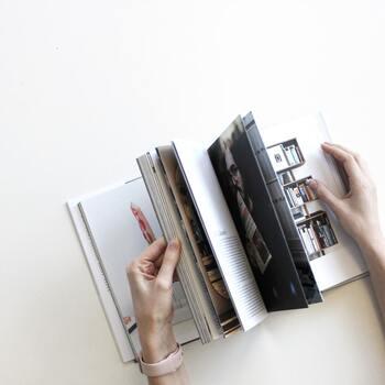 本の最初の一文字から最後の一文字まで読んでこそ読書、と思っていませんか?でも「自分に興味のない話」や「分かり切った話」を聞くのは、誰にとっても苦痛で時間の無駄に感じてしまうもの。読書だって同じです。  求める「収穫」を得るために優先すべきは「すべてを読みきる」ことよりも、「知りたいことを知る」「明日の糧になるエッセンスを得る」こと。「気になるところだけ読む」という方法は大量の本を読破する読書家の方も実は多く取り入れている方法で、理にかなっているのです。  全編に伏線やストーリーがつながる小説などだと難しいかもしれませんが、ビジネス書や実用書などにおいてはぜひオススメしたい方法です。