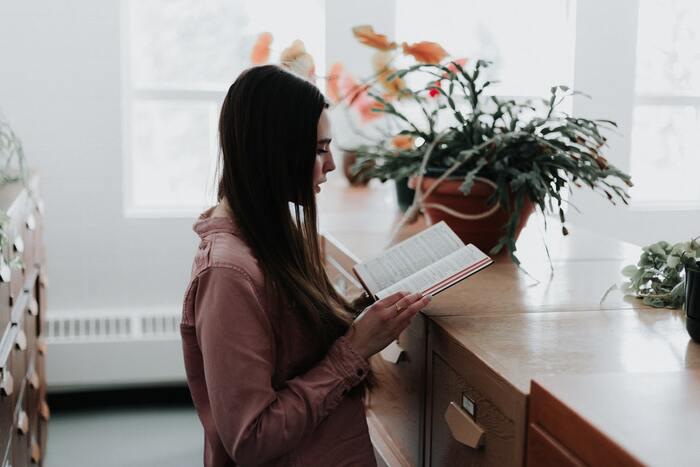 本好きであるが故、「ゆっくり座ってじっくり読みたい」気持ちが勝ってその時間がなかなか取れなず、結局読めないという矛盾に陥っていませんか?  そこでおすすめしたいのが、キッチン、洗面台、窓際など… 家の中で特に場所を決めず、⽴ち読みをしてみること。  塵も積もれば山となる、の言葉通り、たとえ数分でもページをめくれば意外と読み進めることはできるもの。おもいきって「立ったまま隙間時間に読む」という「立ち読み」の概念を取り入れば、その瞬間にあらゆるタイミングで読書時間が取れるようになります。  メモを取るなどはしにくいですが、その場合はに見返したいページにとりあえず付箋を立てておけばOK!  ⽟ねぎをじっくり炒めながら、レンジがチン!と鳴るまで、お湯が沸くまで、お目当てのTVが番組が始まるまで・・・あらゆる隙間時間があなたの至福の読書タイムへと生まれ変わりますよ。
