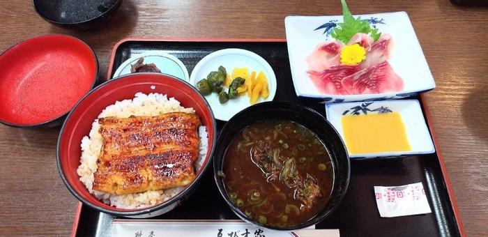 川魚で有名なお店で、「川魚御膳」はうなぎごはんに、鯉こくとあらいがセットになっています。滋味深い鯉こくは、専門店ならではのひと品。食後はセットの草だんごでほっこりしましょう。