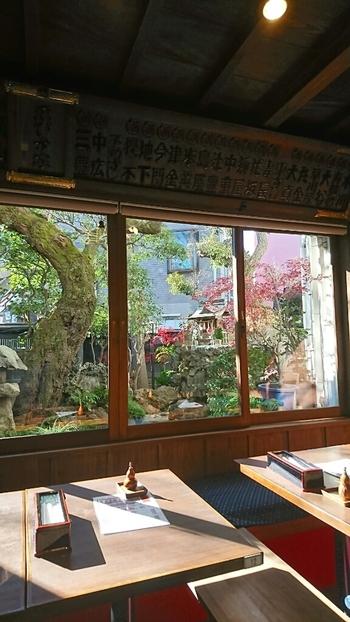 天保年間から続く老舗の「料亭 ゑびす家 参道店」。大正初期に建てられた木造建築の店内は、テーブル席とお座敷があり、お座敷席からは庭の池を眺めることができますよ。