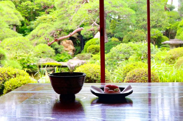 館内では、抹茶と季節の和菓子やぜんざいなど、和スイーツが味わえます。美しい庭を眺めつついただく和菓子は、格別の味わいです。