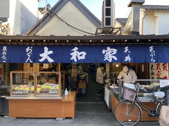 駅から出て、帝釈天門前参道商店街の入り口近くにある「大和家」は、1885年創業の老舗。特に天丼の人気が高いお店で、参道を歩いていると、思わずごま油の良い香りに誘われます。