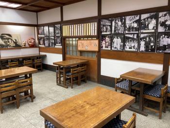 『男はつらいよ』の撮影時には、出演者たちの休憩場所としてお店が提供されたことから、店内には貴重な写真がたくさん飾られています。