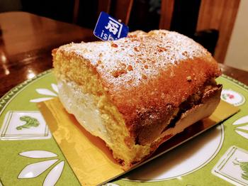 """米粉を使ったロールケーキ「あぶり和三盆米米ロール」はお店の人気スイーツです。クリームは、さっぱりとしたキレのある、厳選した国産純生クリームを100%使用。ひと口頬張ると、ほのかにお米の""""おこげ""""を感じ、普段和菓子派の方もやみつきになること間違いなしです。"""