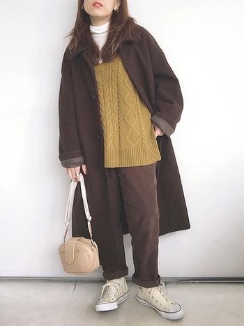 コートと同色のパンツを合わせてまとまりのある着こなしに。ポイントはコートの袖をロールアップしてさりげなく軽さを出しているところ。ニットでコーデに色味をプラスしつつ、小物やインナーで明るさを加えて。