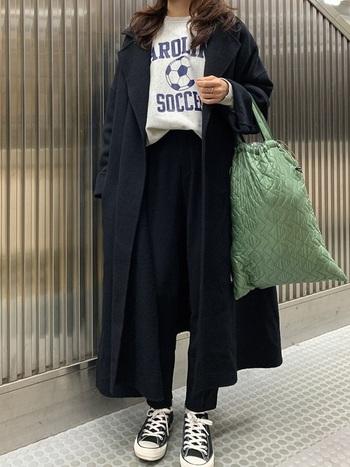 ロゴ入りのスウェットがコートにお似合い。パンツとスニーカーでカジュアルに仕上げながらも、グリーンのデザイン性のあるバッグで差し色を足して、コーデにアクセントを。
