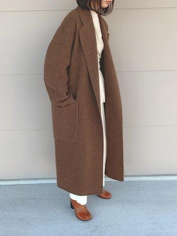 とってもロング丈なチェスターコート。細かいチェック柄が大人っぽいです。ブラウスを合わせることでコーデに軽さを呼びこんで。コートよりも明るいトーンのブラウンのブーツを合わせて、ブライトな印象に追い風を。