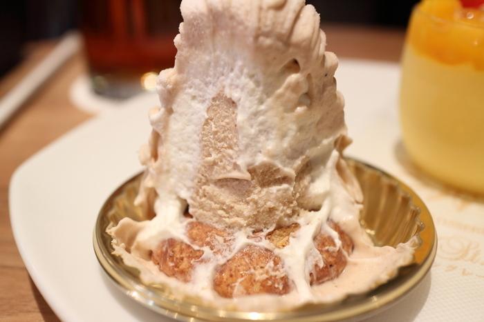 フォークを入れると、とろとろのクリームが登場。生クリームとマロンペーストのバランスが絶妙で、土台のサクサククッキーと一緒にいただくと幸せ気分に浸れます。
