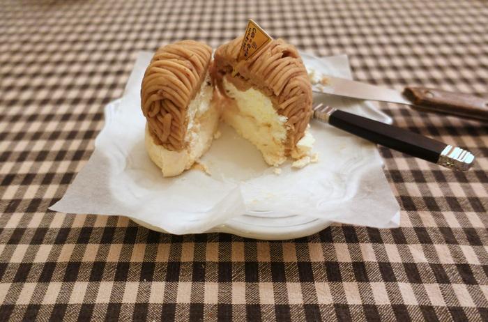 生クリームは無糖で、メレンゲとマロンペーストの甘みを引き立てています。和栗100%の濃厚なコクが特徴の、王道派です。