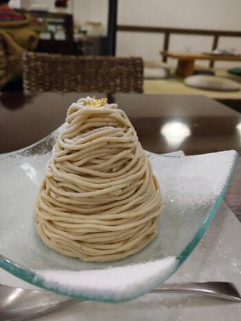 「和栗や」は、日本で唯一和栗だけを扱う和栗専門店で、作りたてのモンブランがいただけると人気です。  定番「モンブランデセル」は、注文を受けてから作るというこだわり。栗本来の風味が味わえるようにと、香りづけのお酒や香料を使っていないのも特徴で、目の前でしぼられるふわふわのクリームは、口に入れた瞬間にほどけるようなやわらかさです。