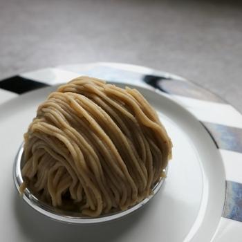 「patisserie Plaisir(パティスリー エ カフェ プレジール)」のスペシャリテ「しぼりたてモンブラン」は、注文を受けてからひとつずつ丁寧に作っています。愛媛県産のマロンペーストはなめらかで濃厚。あっさりめの生クリームと底に敷いたメレンゲが上品な逸品です。