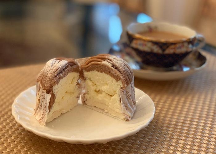 濃厚なクリームとしっかり甘いメレンゲ、コクのあるマロンクリームはリッチなスイーツタイムにぴったり。ブラックコーヒーや紅茶と一緒にいただきましょう。