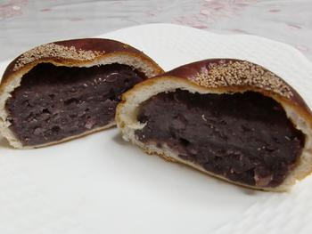 マリーフランスのオススメは、あんこがたっぷり入った薄皮のあんぱん。どっしりとした見た目はインパクト大!甘さ控えめの自家製餡なので、ぺろっと食べられてしまいます*