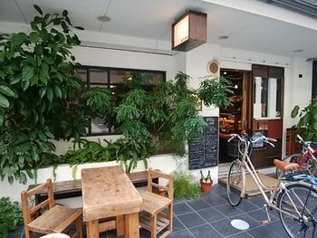 姉小路通りに面した場所にある「Année (アネ)」は、人気のブックカフェ「カフェ コチ (CAFE KOCSI)」の姉妹店。ベーカリー&カフェになっていて、テイクアウトはもちろん、カフェでイートインもできます!