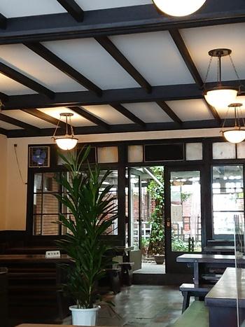 人間国宝の漆芸・木工作家、黒田辰秋による長テーブルと長椅子が並ぶ店内は、ゆったりとした時間が流れています。お気に入りの本を片手に過ごすのもオススメ◎