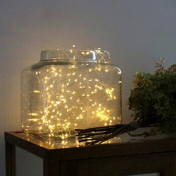 ツリーに巻いていたライトも、大きめの瓶の中にひとまとめに入れてしまうと、とても素敵な光のオブジェに!置くだけで、テーブルや棚周りの雰囲気ががらりと変わります♪