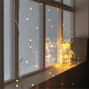 星屑のような暖かい光がキラキラと輝いて、ファンタジックな空間に。こちらはワイヤー素材かつフック付きのLEDライトなのでお部屋の上から窓辺全体に飾ったり、間仕切りをするパーティションとしても活用しやすいです。