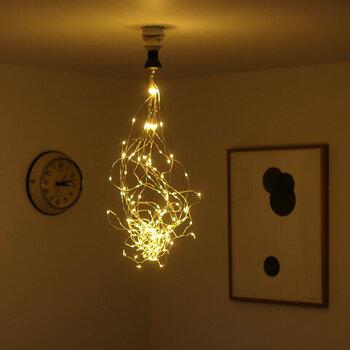 星のように小さくて繊細な光を纏ったLEDライトを天井にひとまとめにするアイディアです。こちらはソケット型なので取付け簡単!ちょっとした気分転換にもなりそうですね!