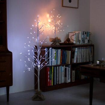 シンプルなツリーライトであれば、クリスマスが終わってもリビングサイドで大活躍。ベッドルームにも置いても素敵です。クリスマスシーズンがまた来たら、オーナメントなどを吊るして使うと華やかになります♪