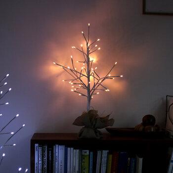 小さいサイズのツリーであれば、本棚の上に飾ったり、またデスクトップに置いてもホッコリ優しい気分に。あたたかみを感じる柔らかい光で壁が照らされることで、お部屋全体の雰囲気がグッとよくなります。