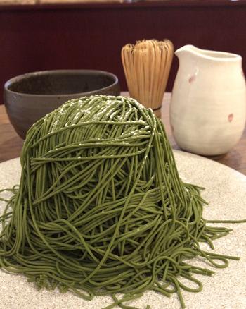 浅草店限定メニューが「濃厚抹茶モンブラン」です。鮮やかな緑色の抹茶は、モンブランに使う国産和栗ペーストとの相性を考えて厳選したこだわりの茶葉。