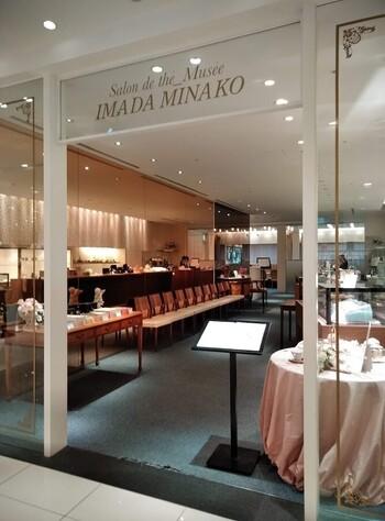 室内のインテリアは上品さと愛らしさを兼ね備えたネオクラシック スタイル。マリー・アントワネット妃が愛したプチトリアノン宮のイメージを再現しています。