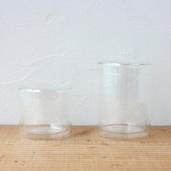 キレイな瓶の保存容器もオススメ。蓋つきに入れて保管して眺めるのも可愛いですね。こちらのキャニスターは、二重ガラス構造になっていて、中身を入れると少し浮いているように見えるのが魅力的。拾ってきたものもディスプレイの仕方でオブジェのようになります。