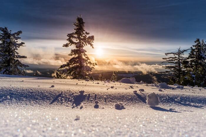 積雪があるキャンプ地では雪遊びを。水辺ならワカサギ釣りなど、冬ならではのアウトドア遊びが楽しめます。ただし、禁止されている立ち入りスポットは、命に係わるので絶対に入らないようマナーを守りましょう。