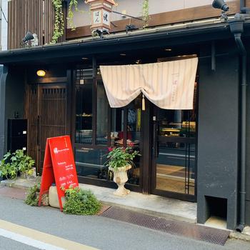 赤い看板が目印の「マッシュキョウト」。四条駅近くにあるお店で、町屋風の京都らしい雰囲気に心弾みます♪
