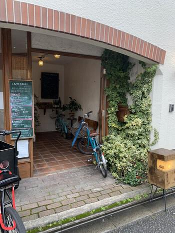 京都市役所にも近い、ビル2階にあるブックカフェ「カフェ コチ (CAFE KOCSI)」。隠れ家のようにひっそりとした佇まいです。