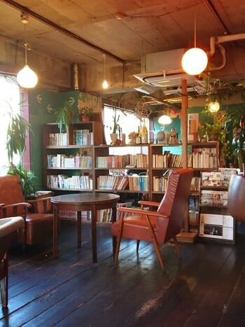 本が雑然と並んだ温かみある店内。ソファ席設けられ、ゆったりとした時間を過ごすことができます。ショーケースの中にパンがずらりと並べられ、イートインはもちろん、テイクアウトのみも可能。