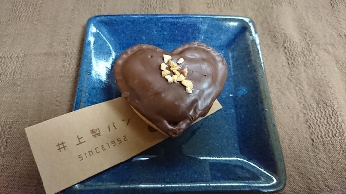 ハートの形が可愛い「ハートマフィン」は、中にもチョコチップが入っています。上に散らしたナッツも食感のアクセントに。