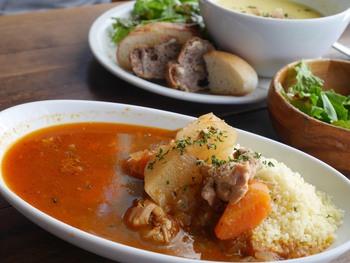こちらはクスクスの鶏と野菜のトマトソース。野菜たっぷりの大きめ具材がほくほく美味しいお♪奥はパンとサラダ付きのスープのセットです。