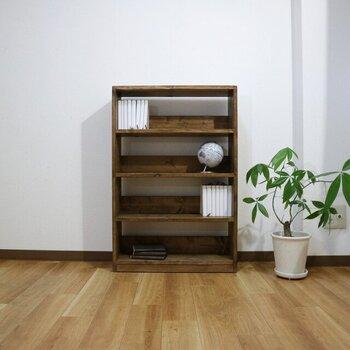 上でご紹介した商品と同様、こちらも無垢材の風合い漂うシェルフ。本棚にぴったりな4段タイプで、古家具でもお馴染みのシンプルデザインです。