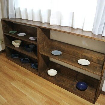 幅がワイドで、インテリアショップの木製什器のような趣を放ちます。このようにお皿を並べると、ギャラリーの展示物のようですね*