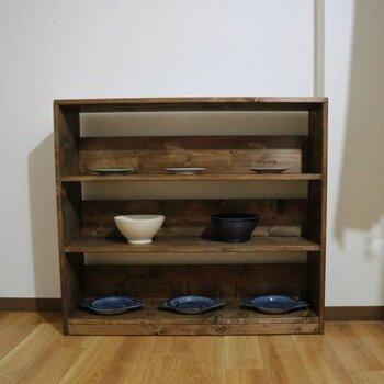 無垢の木の家具を手作りで制作している、東大阪市の天然木家具専門店「MITSUYA工房」。サイズオーダーにも対応していて、比較的お手事価格。ヴィンテージ感のあるデザイン性のものが多いので、大手通販サイトとあわせて検討してみるのもおすすめです。  こちらは、ウォールナット色で仕上げられた3段シェルフ。天然木の無垢材が使用されており、木目の表情が美しいですね。