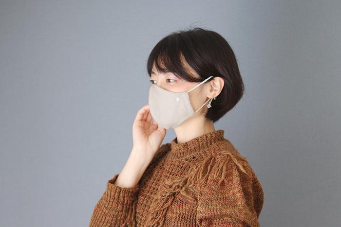今やマスクはおしゃれの一部です。市販でもバリエーション豊かなマスクが発売されていますが、お気に入りの生地やデザインになかなか出会えない人も多いのでは?こちらは鼻とアゴもしっかり隠せて、小顔効果も期待できる立体マスクです。自分らしいオリジナルマスクを作りたい人はぜひ!