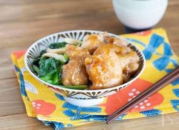 鶏もも肉の照り焼き丼です。お肉の両面に片栗粉をまぶしてから焼くことで、味がしっかりと絡みます。鶏皮をじっくりパリパリに焼けば、さらに激ウマ!甘辛い味付けで、ご飯もすすむこと間違いなしです♪