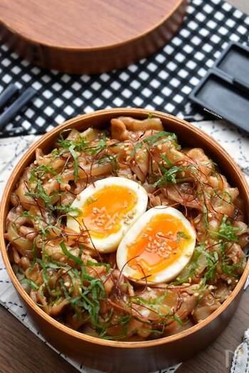 野菜たっぷりでボリューム満点!豚バラ肉を使った豚丼です。野菜はレンジでチンして時短に。お肉は生姜のきいた甘辛ダレで味付けします。ご飯と野菜にお肉のタレが染みて美味~♪お好みで糸唐辛子や青じそを添えても◎半熟卵と合わせて召し上がれ。