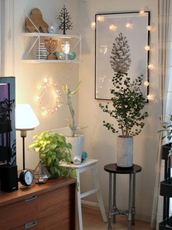 隙間から漏れる光の模様も楽しめるガーランドライトで額縁を飾ってみましょう。お部屋のコーナーがよりアーティスティックな空間に大変身します。