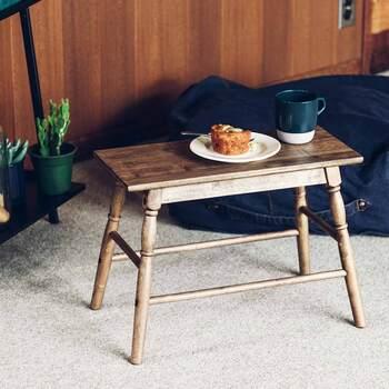 脚のフォルムがどことなく英国アンティークを思わせるようなデザインの、ミニローテーブル。  このように、ちょっとした食事用のテーブルとして使ったり、ディスプレイ棚として使ったり…。ミニサイズだからこそ、さまざまなシーンで活躍してくれますよ。  上の商品と同じく、こちらもカラーテイストは、ちょっと色に深みのあるユーズドセピアブラウン。本物のアンティーク家具が魅せるお部屋に加えても、馴染みやすいです。