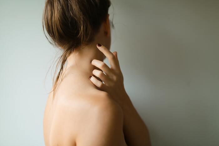 長時間外で過ごす時にカバーしたいのは、冷えに関わるツボやその周辺。首・お腹・背中・足首のあたりには血流を左右する大切なツボが多く、それらを温めることで体の冷えを防ぐと言われています。