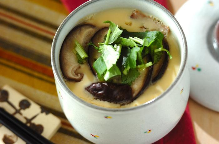 しいたけと三つ葉だけのシンプルな茶碗蒸し。シンプルだからこそ、出汁の美味しさが際立ちます。これができれば、あとはお好みの具材を増やして、アレンジすることも簡単です。